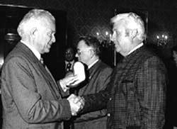 Landeshauptmann Dr. Josef Ratzenböck überreicht dem überaus erfolgreichen Kapellmeister Johann Erlebach die