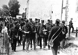 """Die Musikkapelle des Karl Greslehner in ihrer ersten Vorkriegsuniform, der """"Veteranenuniform"""" aus dem Jahre 1930."""