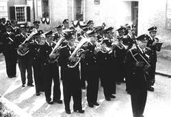 Karl Greslehner rückt in der neuen Uniform aus 1950 aus.